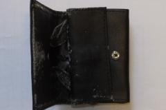 schwarzer Geldbeutel stark abgenutzt